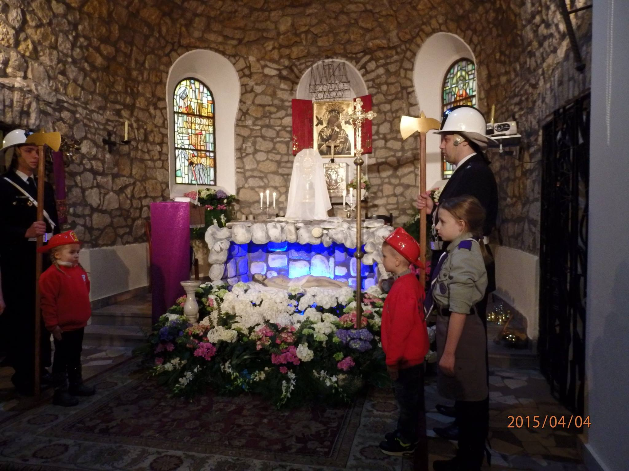 Czuwanie przy grobie Pana Jezusa Przedszkolnej Drużyny Strażackiej 04.04.2015